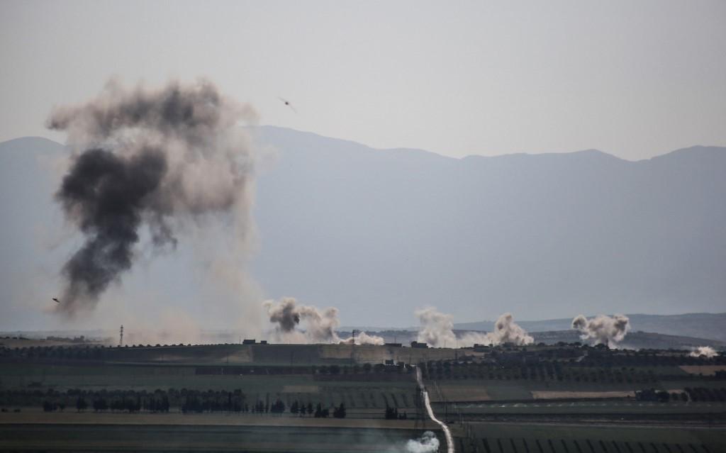 دخان يتصاعد بعد قصف للنظام السوري على إدلب
