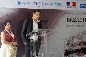 ستيفان إستيبال مدير مكتب وكالة فرانس برس في المكسيك وممثلة منظمة مراسلون بلا حدود بالبينا فلوريس هلال حفل توزيع جوائز بريتش فالديز للصحافة وحقوق الإنسان في مكسيكو سيتي في 3 أيار/مايو 2019.