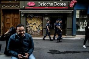 رجال شرطة أمام مخبز