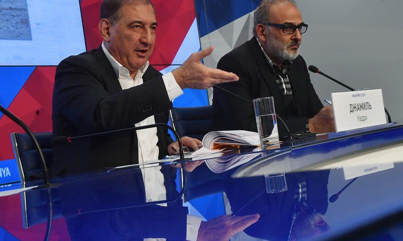 الناشطان السوريان جمال سليمان (منصة القاهرة) وقدري جميل (منصة موسكو)