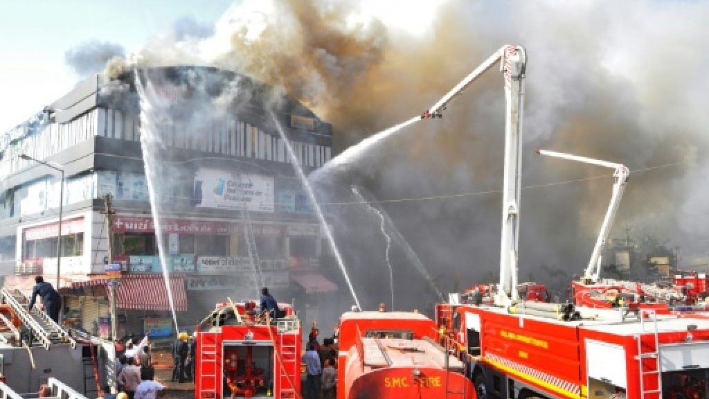 رجال الإطفاء يحاولون السيطرة على النيران في مبنى في مدينة سورت في 24 ايار/مايو 2019 ا ف ب