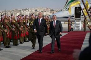 العاهل الأردني مستقبلا الرئيس العراقي الذي وصل عمان