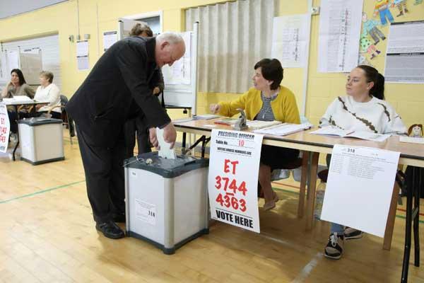 عمليات الاقتراع في مكتب تصويت في دبلن في 24 مايو 2019