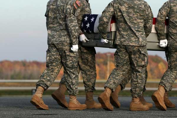 عناصر في الجيش الأميركي ينقلون في دوفر بتاريخ 15 نوفمبر 2016 رفات جندي قتل في أفغانستان