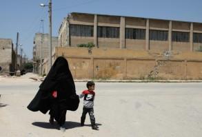 حسنا مع ابنها محمد في احد شوارع معرة مصرين في شمال غرب سوريا السبت في 25 ايار/مايو 2019