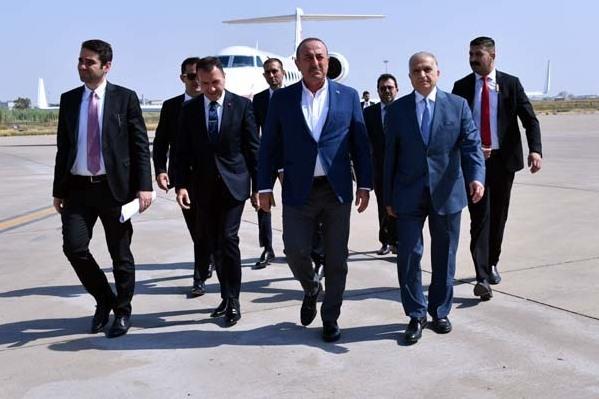 وزير الخارجية التركي أوغلو لدى وصوله إلى بغداد اليوم وإلى جانبه نظيره العراقي الحكيم