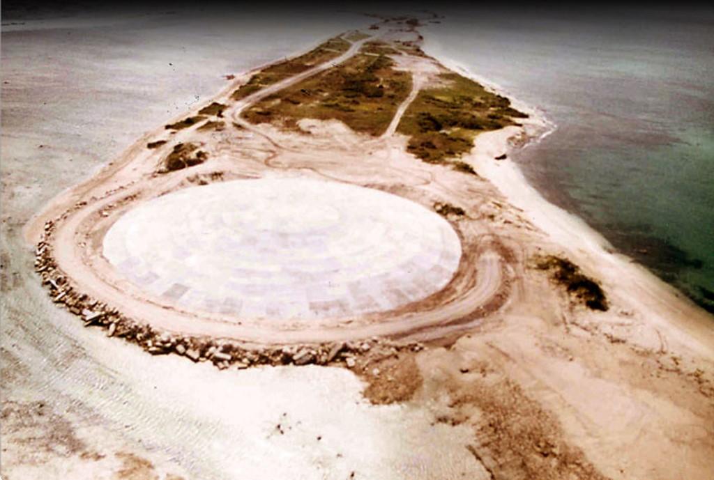 القبة الاسمنتية فوق الحفرة التي أحدثتها التجربة النووية تضعف شيئا فشيئا