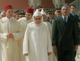 الملك الراحل الحسن الثاني وبجانبه حارسه الشخصي الحاج محمد المديوري