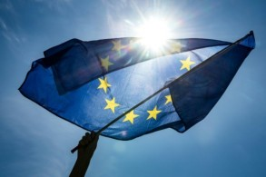 متظاهر يلوح بعلم الاتحاد الأوروبي خلال تجمع من أجل المناخ في ميونيخ بجنوب ألمانيا في 24 مايو 2019