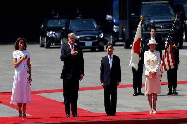 ترمب وزوجته ميلانيا لدى وصولهما إلى اليابان