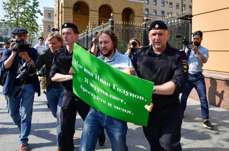 رجال شرطة روس يوقفون متظاهرا يحتج على توقيف الصحافي الاستقصائي الروسي ايفان غولونوف أمام وزارة الداخلية في موسكو في 07 حزيران/يونيو 2019