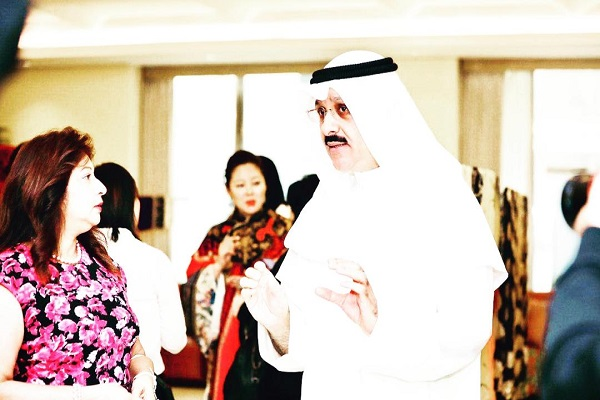 السفير الكويتي خلال افتتاح المعرض
