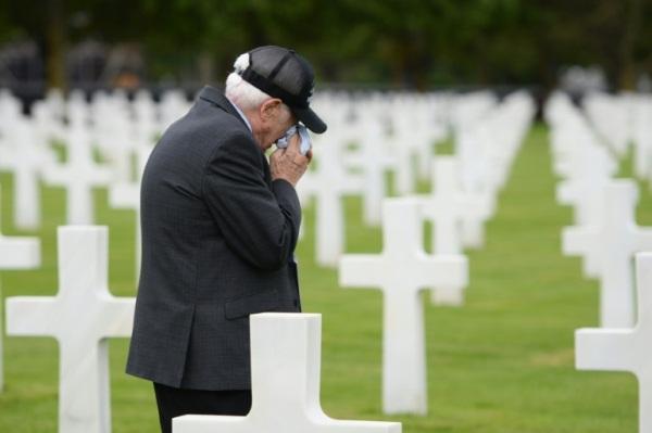 محارب اميركي سابق شارك في عمليات الإنزال في النورماندي يذرف الدمع في المقبرة الأميركية في شمال غرب فرنسا في 5 يونيو 2019