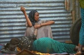 مسنة أنهكها الجوع تفترش الأرض قرب اينتها في مخيم للنازحين في بلدة بيدوة في جنوب غرب الصومال في 15 آذار/مارس 2017
