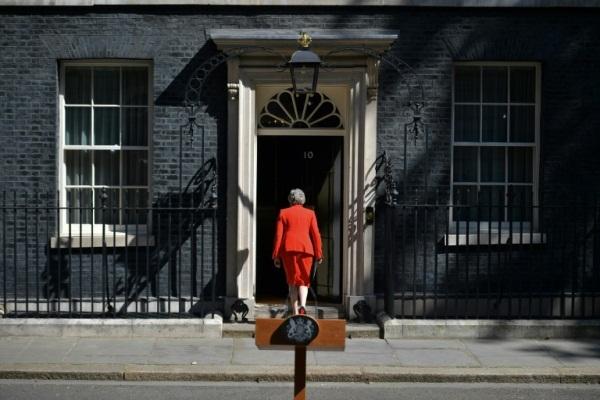 رئيسة الوزراء البريطانية تيريزا ماي تعود إلى 10 داونينغ ستريت بعد إعلان استقالتها في وسط لندن بتاريخ 24 مايو 2019