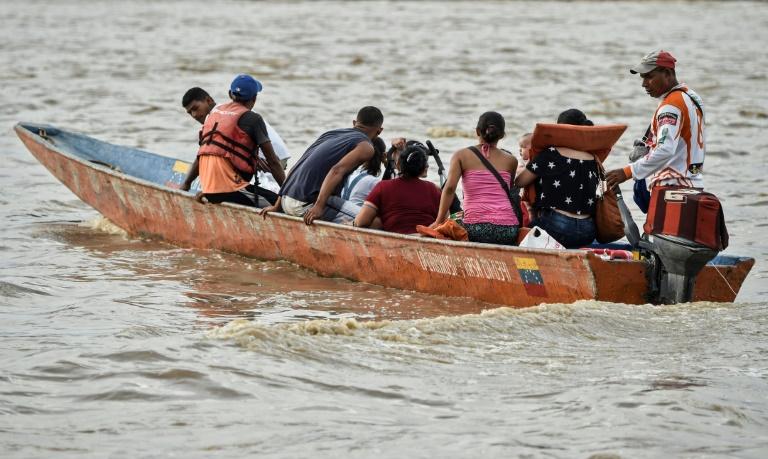 مهاجرون فنزويليون يعبرون بقارب بحيرة اروكا للتوجه الى كولومبيا في 15 ايار/مايو 2019