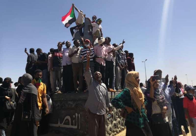 متظاهرون سودانيون خارج مقر الجيش في الخرطوم بتاريخ 6 أبريل 2019