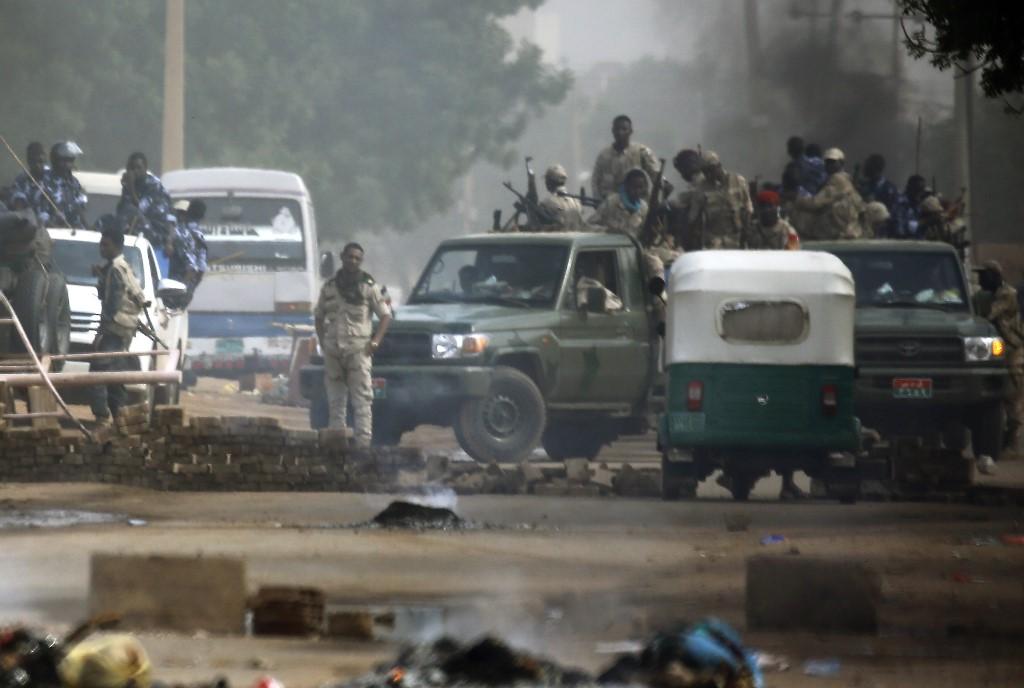 مقتل 9 أشخاص خلال محاولة القوات السودانية فض الاعتصام قرب مقر القيادة العامة للجيش