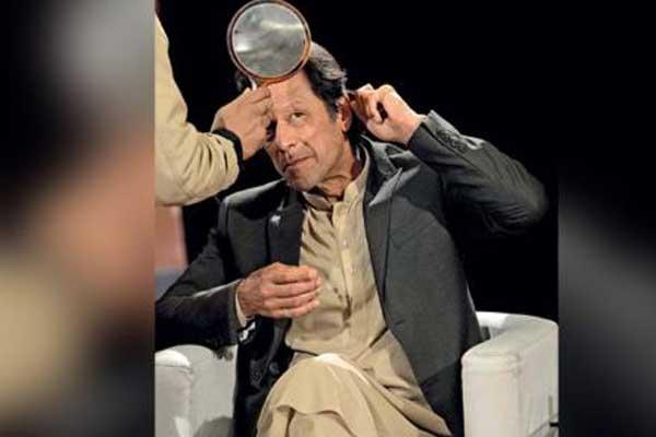 عمران خان يتجهز لمقابلة على التلفزيون الباكستاني