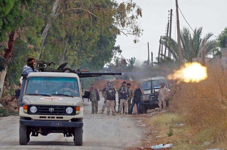 مقاتل موال لحكومة الوفاق الوطني في طرابلس يطلق النار خلال معارك ضد قوات المشير خليفة حفتر