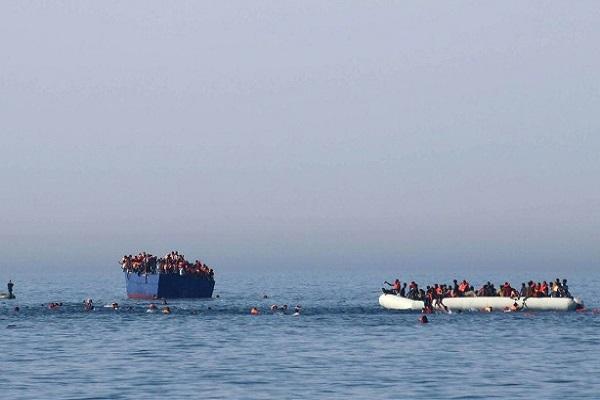 صورة نشرتها منظمة ألمانية غير حكومية في 16 نيسان/أبريل 2017 يبدو فيها مهاجرون يسبحون قرب مركب يغرق، قبل عملية إنقاذ قبالة السواحل الليبية