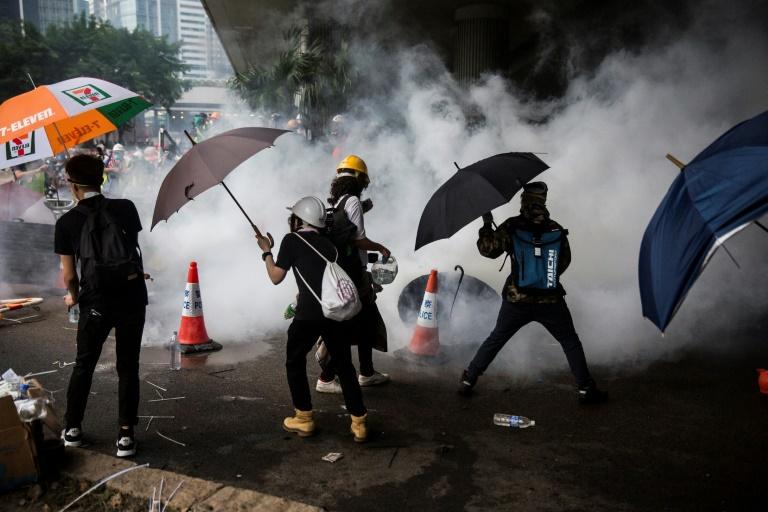 الشرطة تطلق الغاز المسيل للدموع على متظاهرين في هونغ كونغ في 12 حزيران/يونيو 2019