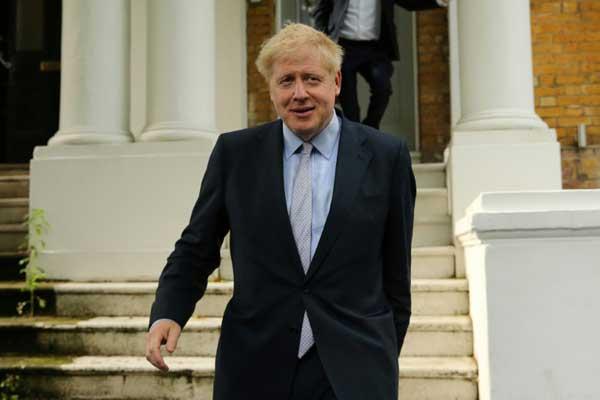 النائب عن المحافظين بوريس جونسون يغادر منزله في لندن في 11 يونيو 2019