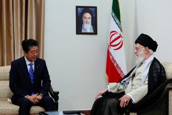 صورة وزعها مكتب المرشد الاعلى للجمهورية الاسلامية لآية الله علي خامنئي خلال لقاء رئيس الوزراء الياباني شينزو آبي