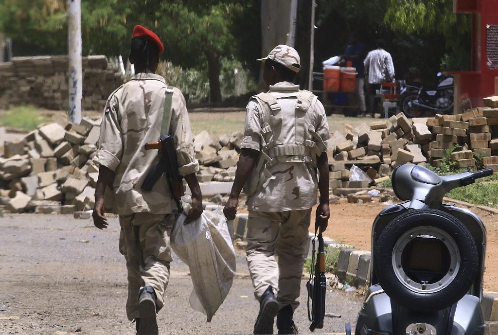 جنود سودانيون يفككون متاريس في الخرطوم نصبها محتجون