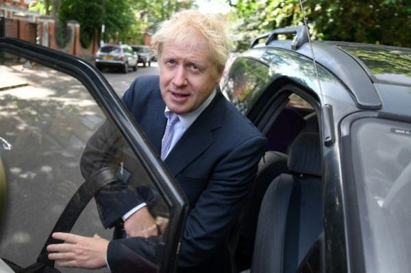 وزير الخارجية البريطاني السابق والنائب عن حزب المحافظين بوريس جونسون يغادر منزله في جنوب لندن
