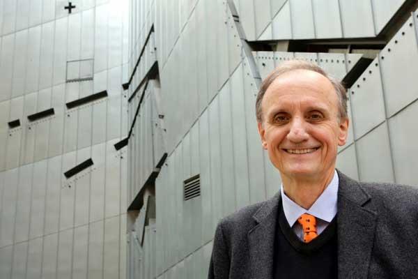 مدير المتحف اليهودي في برلين بيتر شيفر أمام المتحف في 21 أغسطس 2014