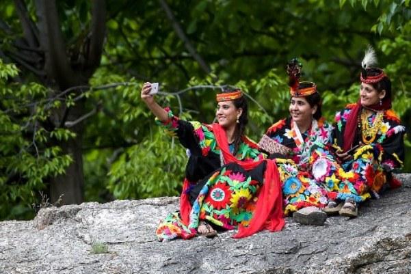 نساء قبيلة كلاش يحتفلن بعيد