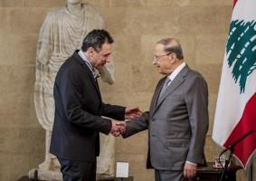 الرئيس اللبناني مصافحا زكا بعد عودته اليوم إلى بيروت