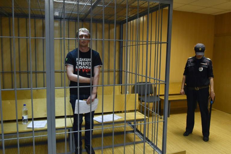 الصحافي الاستقصائي الروسي ايفان غولونوف أمام محكمة في موسكو في 8 حزيران/يونيو 2019