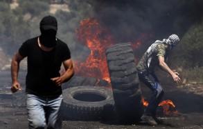 فلسطينيون يحرقون عجلات مطاطية على الحدود بين غزة وإسرائيل