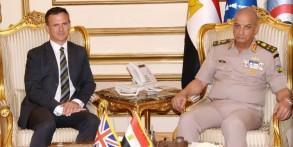 وزير الدفاع المصري مستقبلا الوزير لانكستر (صورة من وزارة الدفاع المصرية)