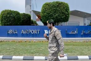جندي سعودي يحرس مطار أبها