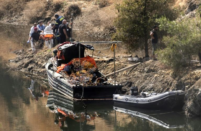 شرطيون قبرصيون ينقلون جثة طفلة عثر عليها في قاع بحيرة جنوب غرب نيقوسيا في 12 حزيران/يونيو 2019