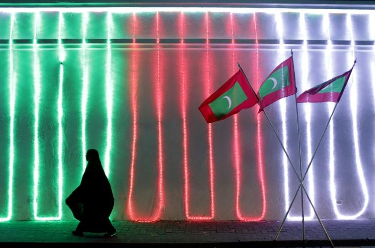 تراقب المالديف التي تضم 340 ألف مسلم سني عن كثب أي محاولة تسعى لنشر التشدد في صفوف مواطنيها المعروف عنهم ممارسة إسلام وسطي غير متشدد في بلد يعتمد في شكل أساسي على السياحة الفارهة.