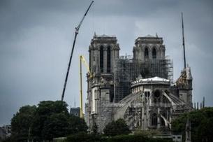 صورة لكاتدرائية نوتردام في باريس أثناء تواصل أعمال تأمينها في أعقاب الحريق، في 20 أيار/مايو 2019