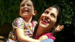 صورة وزعها نشطاء في 23 آب/اغسطس 2018 لنزانين زغاري-راتكليف وطفلتها غابرييلا في دماوند بإيران بعد الافراج عنهما لثلاثة أيام حملة