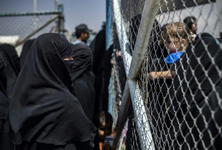 نازحون في مخيم الهول في شمال شرق سوريا يستعدون لركوب حافلة والخروج من المخيم في الثالث من حزيران/يونيو 2019، التاريخ الذي أخرجت السلطات الكردية فيه حوالى 800 نازح سوري معظمهم من النساء والأطفال من المخيم