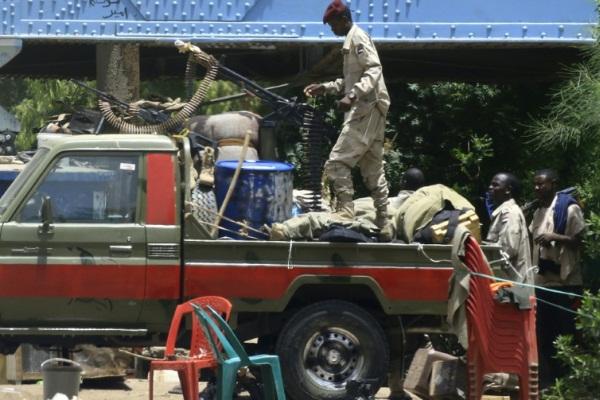 عناصر من قوات الدعم السريع تجوب شارع النيل في الخرطوم بتاريخ 10 يونيو 2019