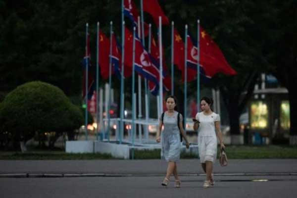 أعلام صينية وكورية شمالية في أحد شوارع بيونغ يانغ الأربعاء 19 يونيو 2019