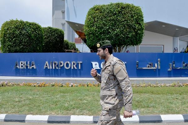 رجل أمن سعودي في محيط مطار أبها