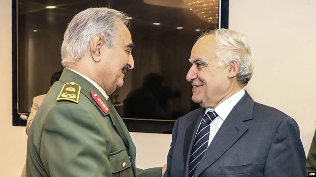 غسان سلامة وخليفة حفتر في لقاء سابق