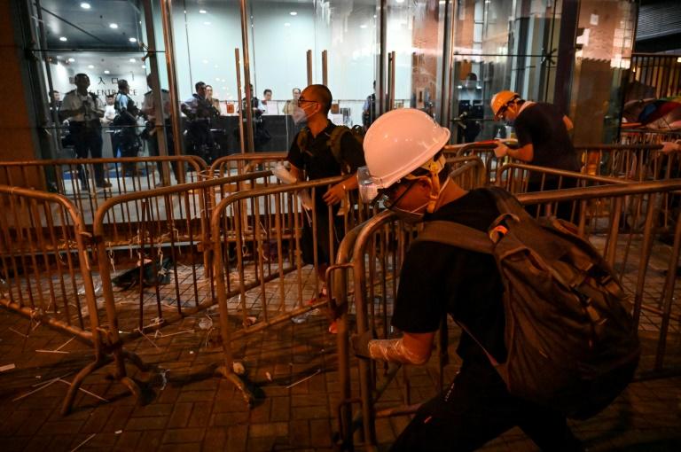 متظاهرون يضعون حواجز أمام مقر القيادة العامة للشرطة في هونغ كونغ في 21 حزيران/يونيو 2019.