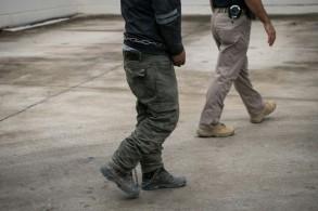 أحد المهاجرين السريين عند وصوله إلى محكمة فدرالية في ماكالن بولاية تكساس الأميركية في 12 يونيو 2019
