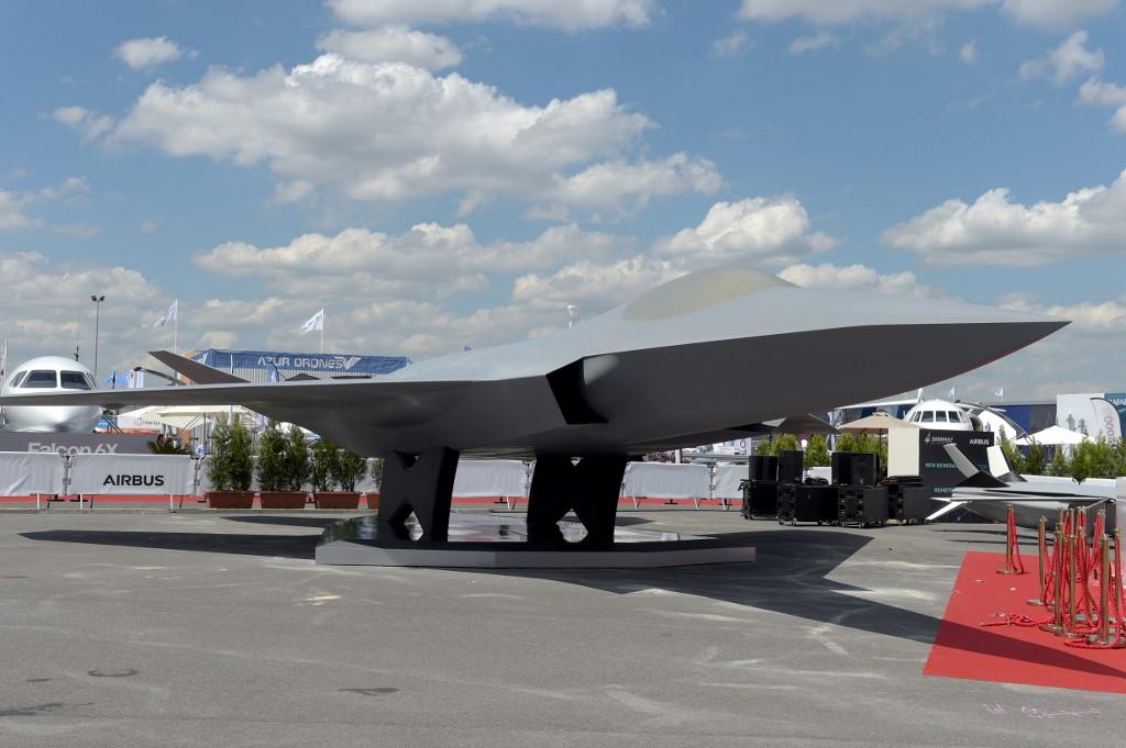 مجسّم للمقاتلة الأوروبية الشبح خلال افتتاح معرض لوبورجيه 53 للصناعات الجوية في فرنسا