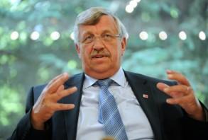 المسؤول الاداري الالماني فالتر لويبكي المعروف بتأييده لسياسة الهجرة الى المانيا والذي اغتيل في الثاني من حزيران/يونيو الماضي. وتعود الصورة الى الخامس والعشرين من شباط/فبراير 2012